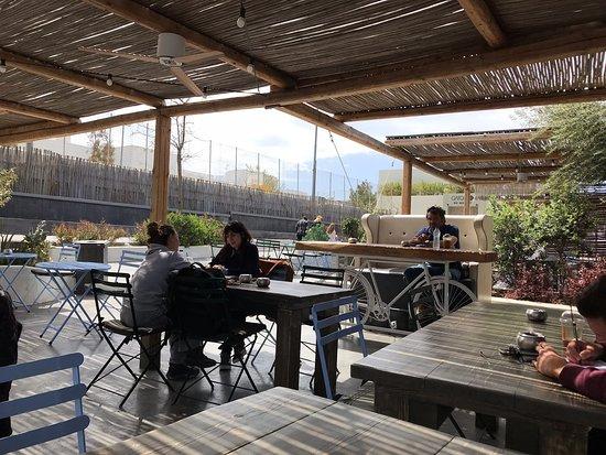 مطعم في منطقة أويا في جزيرة سانتوريني مطل على الكالديرا البركان وجلسة جميلة بشرفة وأنواع السمك رائعة جدا مع الرز الأبيض والقهوة الاغريقية جميلة جدا وخدمة سريعة