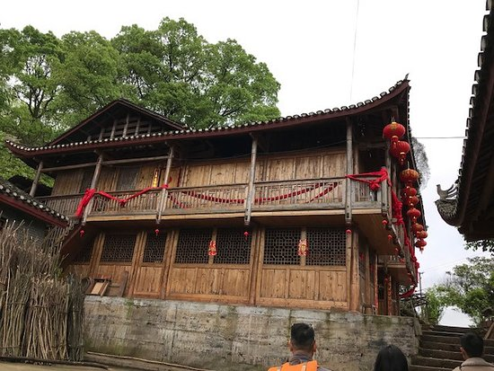 Yuanling County, Trung Quốc: Typical village house at the top of the mountain, still inhabited.
