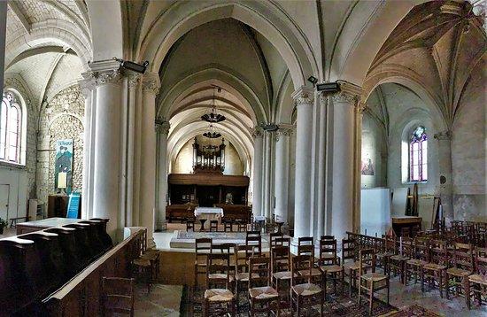 Le Lude, Franciaország: Un chœur roman pour un édifice souvent remanié et agrandi, mais en bon état et dont l'architecture originale lui confère un charme particulier. L'arc par lequel on pénètre dans le chœur est équipé de deux statues monumentales et spectaculaires. Le chœur possède deux bas-côtés du 16ème.