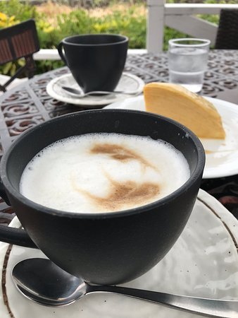 Nagisabashi Coffee Zushi: テラス席はワンちゃん、タバコOKだそうです。