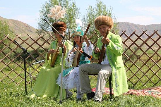สาธารณรัฐคีร์กีซ: Traditional Music The Tong Distirct is home to a famous family of musicians called the Kut. They are descendant from a long line of sheep herders that have perserved their family traditions of music, folklore and poetry. They have toured the world giving performances, but are often available to play in the Bokonbaevo area.