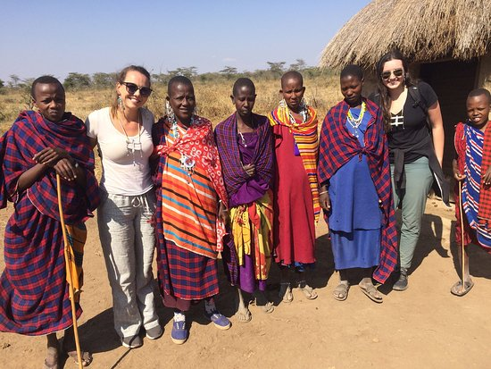 Monduli, Tanzanie : We took our tour group to Thomas' (a founder of Twende Maasai) boma or village to meet real Maasai. Here they are featured with his family, including mamas and younger brothers!