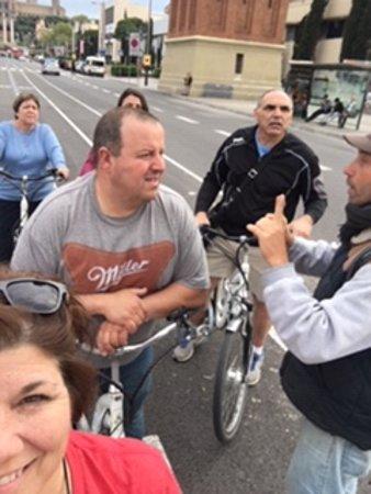 Excursão de fotografia de bicicleta E Barcelona: Alfredo giving us some Barcelona history.