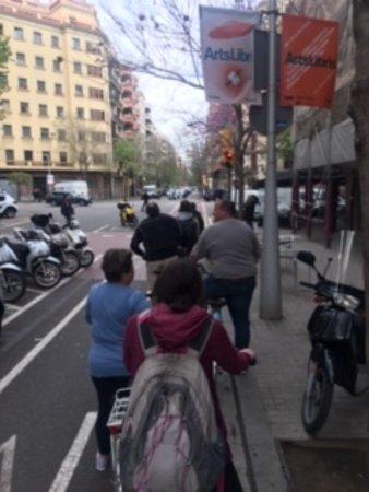 Excursão de fotografia de bicicleta E Barcelona: Stopped at a stoplight.
