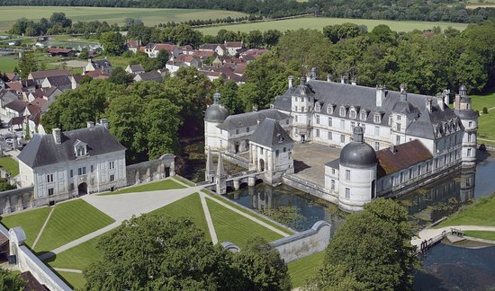Vue aérienne du Château de Tanlay entouré de ses douves