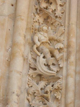 España: Salamanca - La cornice di un portale laterale della cattedrale, restaurato recentemente, in cui si vede la figura di un astronauta. Salamanca - The frame of a recently restored lateral portal of the cathedral, in which we see the figure of an astronaut.