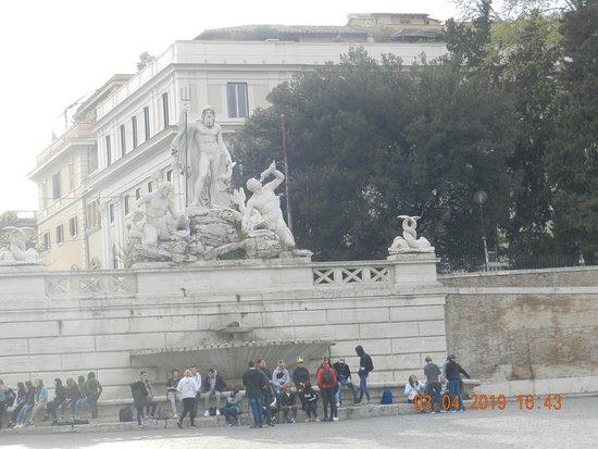 Roma, Itália:  Una fontana in Piazzale Augusto imperatore