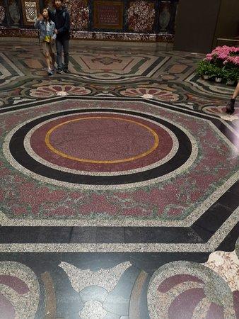 La volta è il pavimento della sala dei Principi, con i fiori a incorniciare lo stemma mediceo