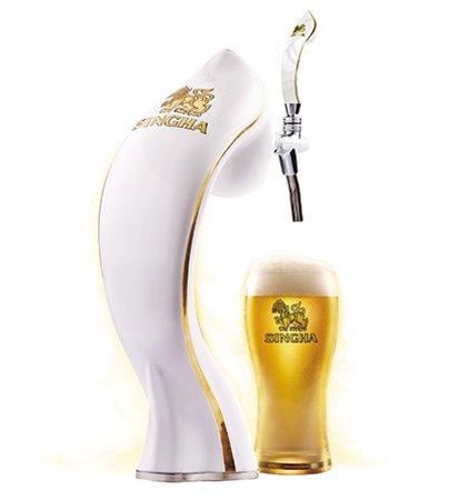 <Beer of Thailand and neighboring countries>タイと近隣諸国の麦酒   タイ産シンハービール 5.0%(樽生)関西初。      ドイツ人ブラウマイスターに考案されたシンハーの醸造法、しっかりしたモルトの風味でホップがよく効いており、穀物様の香りが感じられる。アフターテイストにやや甘さも感じらられる個性的なラガー。  グラス 790(854),ピッチャーは 1770ml 3800(4104) *新税率8%表示 <<およそグラスの14%割引>>