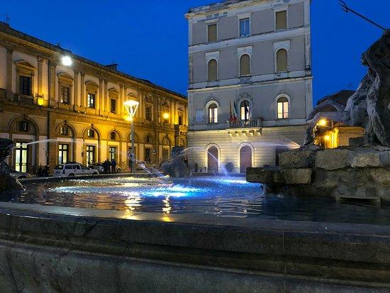 Piazza Garibaldi: Caltanissetta, al centro della Sicilia, offre tesori nascosti.