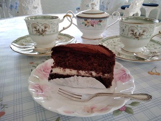 Cafe Panorama: 自家製のチョコレートケーキです。ふんわりとしたココアスポンジケーキに生クリームをサンドしてガナッシュクリームでコーティング。甘さをおさえたケーキです。