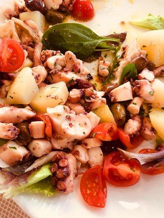 Antipasto caldo di pesce: polpo, patate, pomodorini e olive