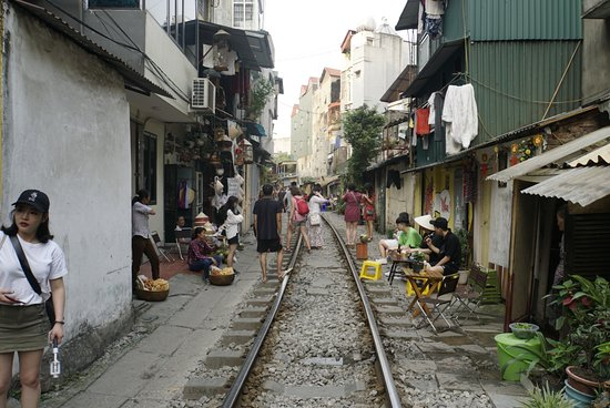 Half-day Hanoi city Motorbike tour- SEE- Culture - History - Poor - Rich ...: Train Street