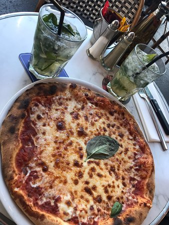 Le Royal Cambronne: Pizza and happy hour cocktails - both amazing. 10/10