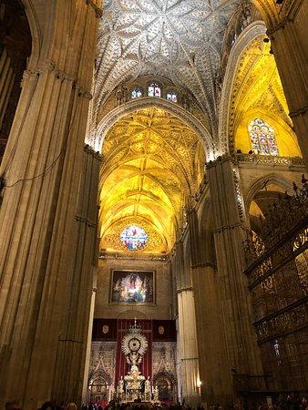 Catedral de Sevilla: Très belle visite de la cathédrale lors de la semaine sainte, il a fallu beaucoup de patience pour y accéder malgré les réservations faites. Très intéressant. En revanche, j'aurais souhaité un meilleur accueil (manque de signalisation)