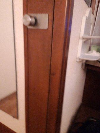 Armbouts-Cappel, Francja: Hôtel campanille  Hôtel pourri pas de restaurant à l'hôtel poignée du store cassé porte serviette qui se décroche housse de couette sale,