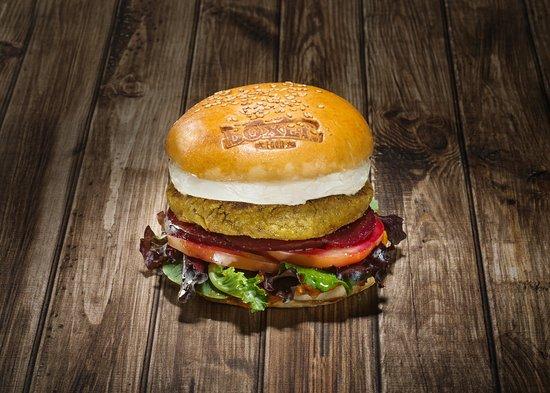 Boxer Food: Vegan Burger: Elaborada con garbanzos y champiñones, y acompañada de tomate, lechuga, remolacha y salsa de tomate casero. Añade queso de cabra a la plancha por 1€ más.