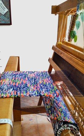 AMARA: Hand weaving of a fabric for summer handbags.