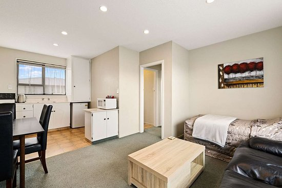 Econo Lodge Canterbury Court: Well-equipped guest room