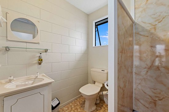 Econo Lodge Canterbury Court: Bathroom in guest room