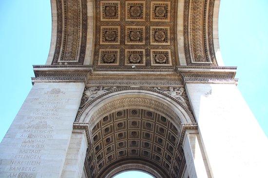 Grand Arc de Triomphe , tombe sous la voute