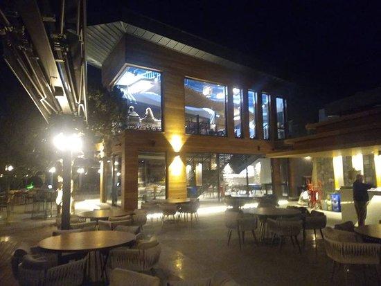 Babadag 1700 Grill & Bar: Restaurantımız Babadağ Ölüdenizde yer almaktadır . sabah saat 9:00 da Sabah kahvaltısıyla başlar öğle yemeği ve snack menülerde mevcuttur. Mükemmel gün batımı eşliğinde Akşam yemeğnizi alabilirsiniz. ayrıca Restaurantımızdan 1700 pistindeki paraşütle uçuşlarıda seyredebilirsiniz. iyi eğlenceler.