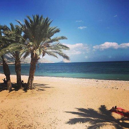 Playa de Altea co el peñón al fondo.