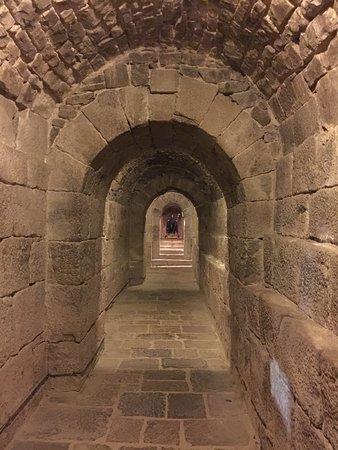 Tunel de San Virila. Por el sepasa de la Iglesia a la zona de clausura donde viven los Monjes Benedictinos. La Images de San Virila se ve al fondo.