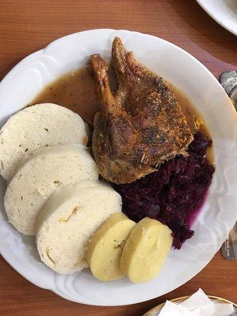 Pernink, Tsjechië: Na další oběd jsem si vybral kachní stehno s červeným zelím a variací knedlíků