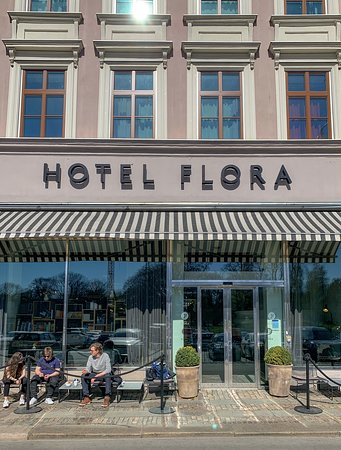 Front view of Hotel Flora