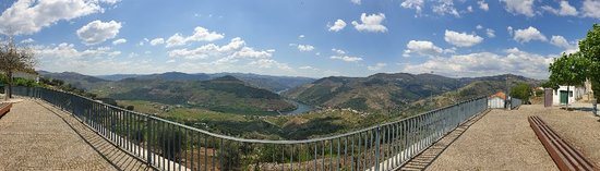 Casal de Loivos, Portugal: Beautiful views of the whole valley from this lookout, after 3k straight uphill climb from Pinhão.