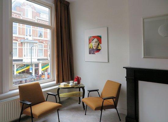 Kussengevecht Bed & Breakfast: Kamer 2 aan de straatkant heeft een klein balkon