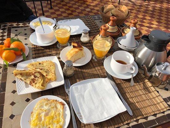 breakfast on the rooftop terrace - Riad dar Palmyra