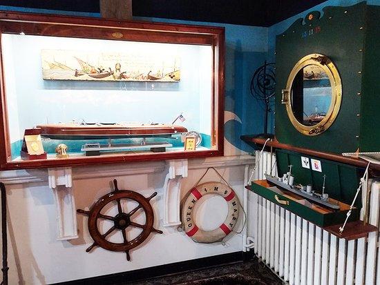 sezione il porto e le navi  ogni modello con la sua targhetta di identificazione