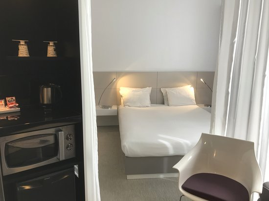 Novotel Suites Malaga Centro: lit avec petit coin machine à café, frigo, four micro-onde