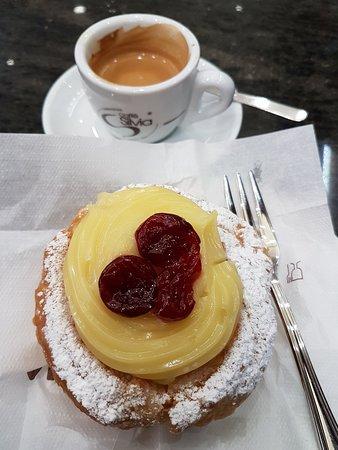 Caffe del Teatro Pasticceria Napoletana: Caffè e zeppole.