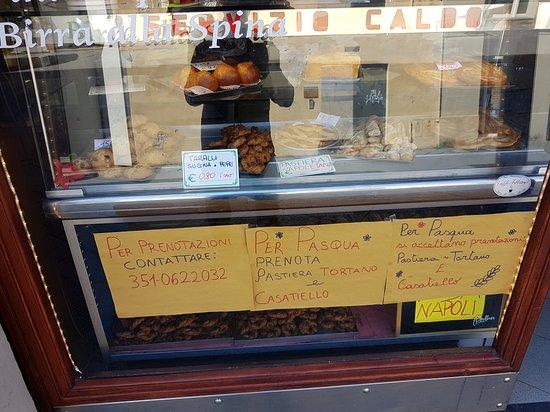 Caffe del Teatro Pasticceria Napoletana: Front window.