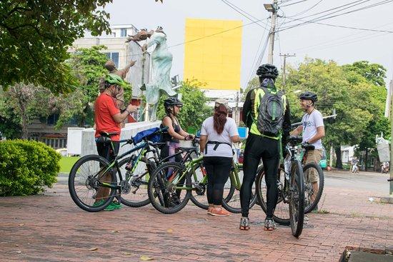 City tour de Neiva en bicicleta, escultura me llevaras en ti.
