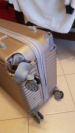 Bulgaria Air: ריסוק מזוודה חדשה. פיצוי מוצע לא מספיק לקניית מזוודה דומה