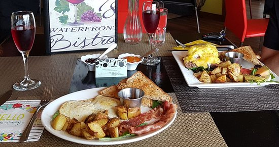 Perth-Andover, Kanada: Prime Rib/Eggs Benny Special & Classic Bistro Breakfast accompanied by Cranberry/Black Cherry Juice, Strawberry & Apricot Jams.