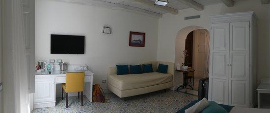 """Palazzo Delle Grazie: Desk and lounging """"couch"""" in Positano room"""