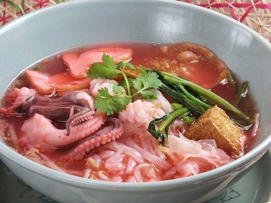 Thai Restaurant & Cafe Chedi Luang Kitahorie: イエン タオフ<イカと空芯菜入りピンクの紅麹スープ米麺>