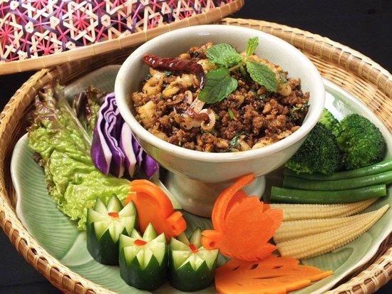 Thai Restaurant & Cafe Chedi Luang Kitahorie: ラープクワ  <タイ北部式豚肉のスパイシーグリルサラダ>    北部秘伝のドライハーブをブレンドし炒めて香りを出します。生野菜とご一緒に。