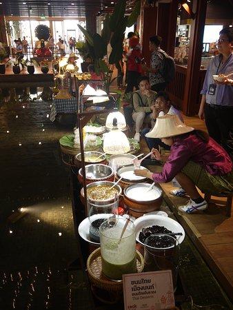 仿照水上市場的美食廣場