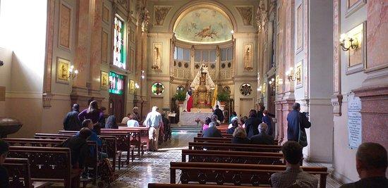uma das capelas laterais onde se realizava uma missa