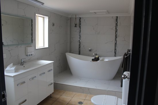 Shearing Shed Motor Inn: The Deluxe King Suite includes a luxurious bath tub for the ultimate relation