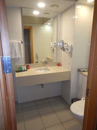 Wastafel Met Toilet Rechts Links Achter De Deur Is Het Bad Met Douche Picture Of Leonardo Plaza Ashdod Ashdod Tripadvisor