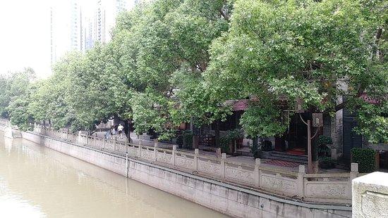 川沿いの古民家にカフェなどが立ち並んだ、中目や倉敷のようなところ