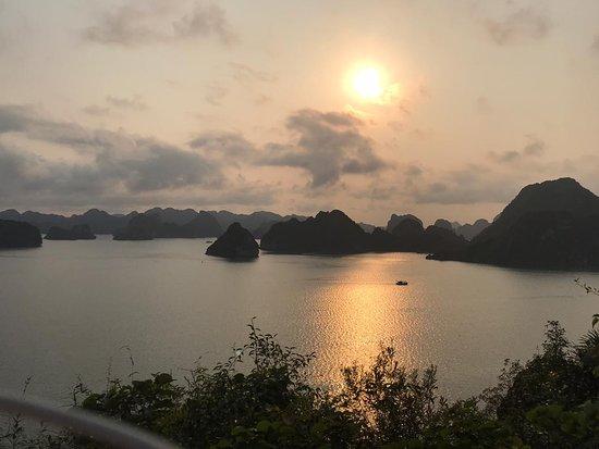 Viaje Asean: Vista del atardecer de la Bahía de Halong desde Ti Top