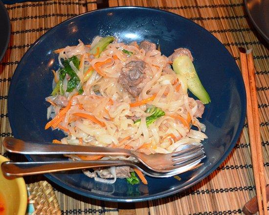 VietView:  massa de arroz com carne de vaca e legumes